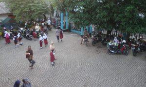 Parkiran halaman SDN 21 Puncak Sekuning Palembang dipadati kendaraan orangtua yang mengantar anaknya sekolah.