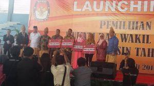 Para pemenang lomba maskot Pilkada Muba menerima hadiah uang dari KPU Muba, Rabu (20/7).