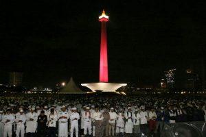 Malam jelang aksi 212, umat Islam sudah memadati Lapangan Monas