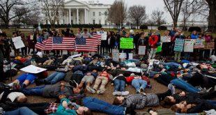 Protes Aturan Senjata, Pelajar AS Berbaring di Depan Gedung Putih