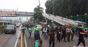 Demo Ojol di Depan Gedung DPR Dimulai, Lalin Ditutup