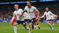 Ekspresi striker Inggris Harry Kane bersama kawan-kawannya usai membobol gawang Denmark di Stadion Wembley